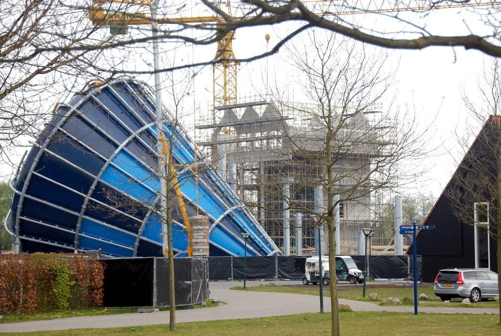 Hof van saksen krijgt grootste indoor waterglijbaan ter wereld - Zwembad toren in kiezelsteen ...